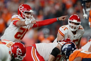 Patrick Mahomes gets injured on quarterback sneak, is helped off