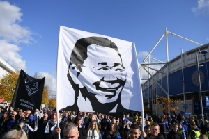 Leicester fans honour chairman on anniversary of chopper crash