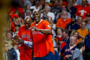 Hakeem Olajuwon, Clyde Drexler share a moment before Astros' World Series Game 6