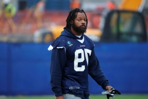 Cowboys Michael Bennett stands for anthem for first time in years