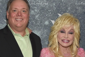 Dolly Parton slammed by sister for posing with former publicist Kirt Webster at CMA Awards