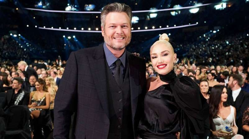 Gwen Stefani, Blake Shelton are posing for a picture