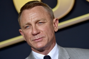 Daniel Craig's Suit Isn't Very 007 At All (And That's A Good Thing)