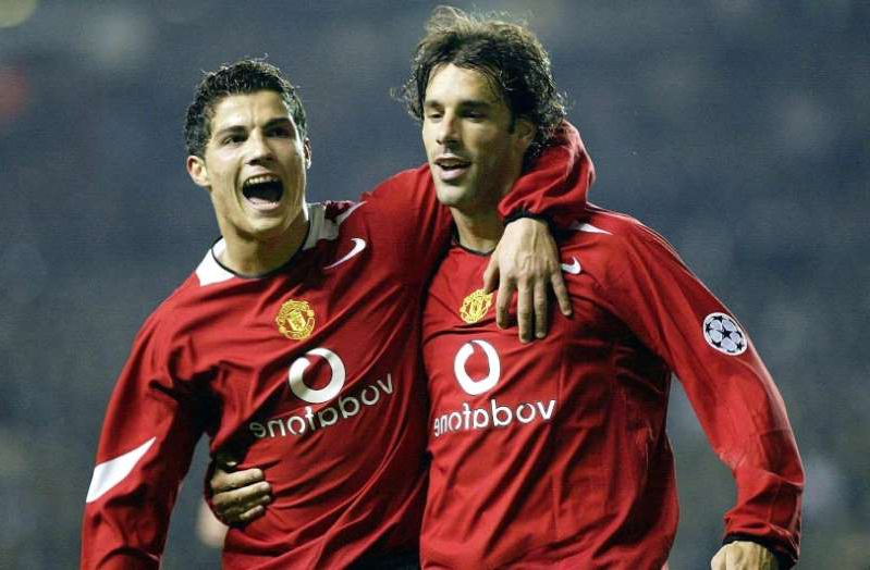 Ruud van Nistelrooy, Cristiano Ronaldo are posing for a picture