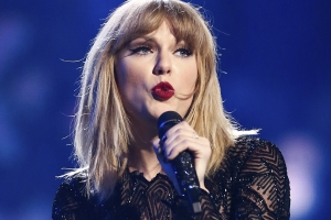 Taylor Swift says Scooter Braun, Scott Borchetta are blocking her from playing old hits at AMAs