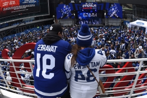 Hilarious video of Maple Leafs fans taking selfie at game goes viral