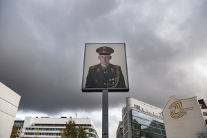 Checkpoint Charlie soldier photos to be auctioned