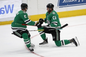 Stars visit Chicago, aiming for record 8th straight win