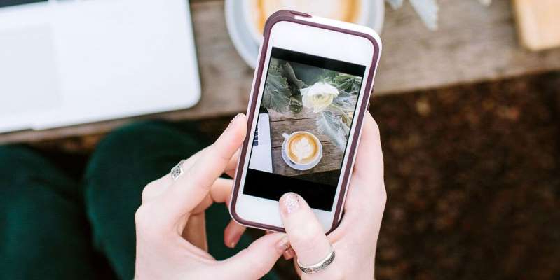 a hand holding a cellphone: These are the best photo editing apps you can use on your iPhone or Android to create beautiful photos for your Instagram feed.