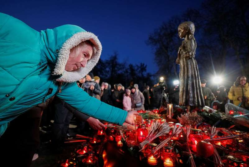 People visit a monument to Holodomor victims during a commemoration ceremony marking the 86th anniversary of the famine of 1932-33, in which millions died of hunger, in Kiev, Ukraine November 23, 2019.  REUTERS/Gleb Garanich