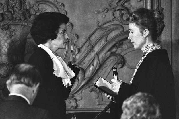 Folie 14 von 35: Chief Justice Rose Bird, left, of the California State Supreme Court, administers the oath of office to Dianne Feinstein in San Francisco, Dec. 4, 1978 after the Board of Supervisors elected Mrs. Feinstein mayor of San Francisco, succeeding the late George Moscone.