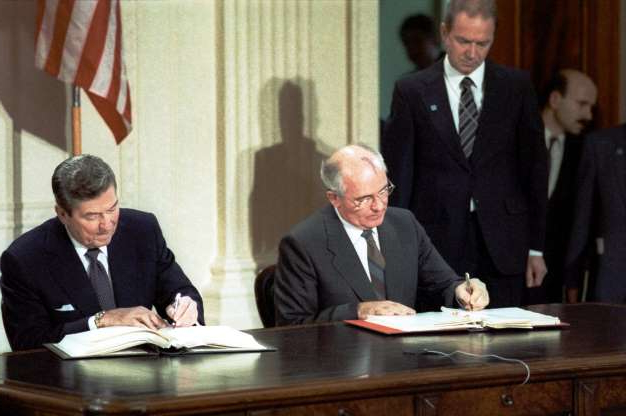 Folie 33 von 35: WASHINGTON, USA. General Secretary of the Central Committee of the Communist Party of the USSR Mikhail Gorbachev and President of the United States Ronald Reagan (L-R) signing the Treaty between the United States of America and the Union of Soviet Socialist Republics on the elimination of their intermediate-range and shorter-range missiles (also called Intermediate-range nuclear forces treaty or INF) at the White House. (Photo ITAR-TASS / Eduard Pesov)   (Photo by TASS via Getty Images)
