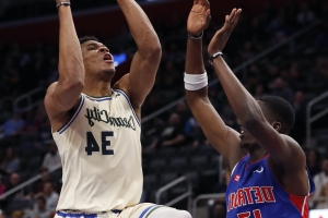 Bucks' winning streak at 13 after 127-103 rout of Pistons