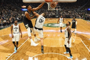 Giannis scores 27 on 25th birthday, Bucks win 14th in row