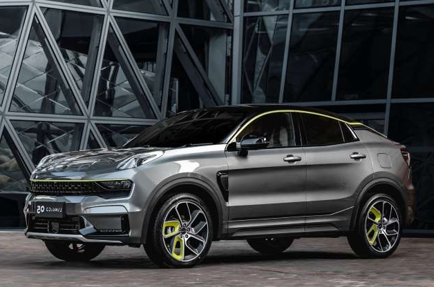 a car parked in front of a building: Lynk&Co 05