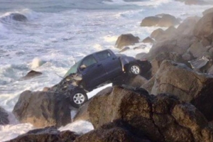 Vehicle goes over Gold Coast cliff, crashes on rocks at Point Danger