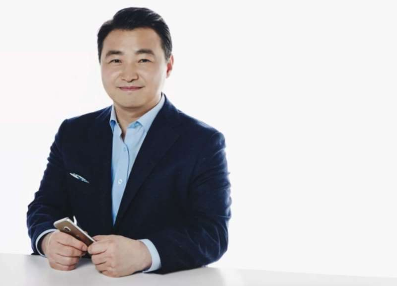 a man wearing a suit and tie: samsung-mobile-chief-roh-tae-moon