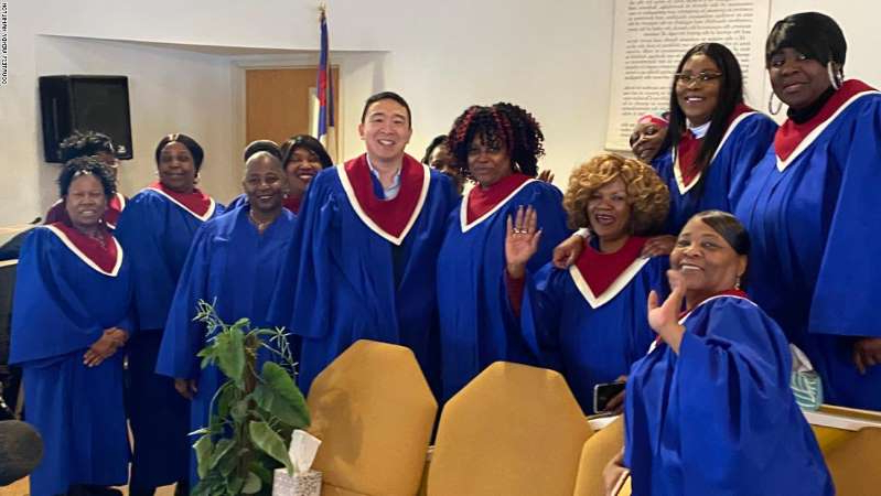 Zhou Xisheng et al. posing for the camera: Yang posing with choir members for a photo last Sunday.