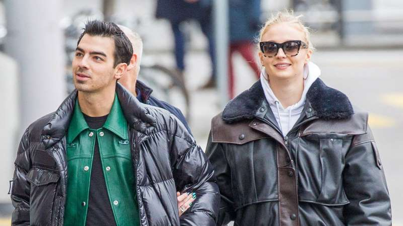 Sophie Turner, Joe Jonas are posing for a picture