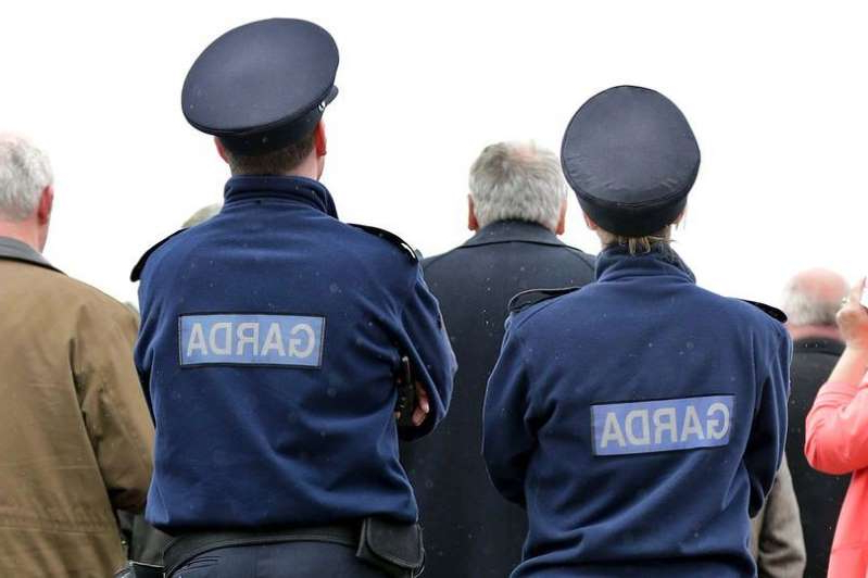 a group of people standing in front of a crowd: Garda (stock)
