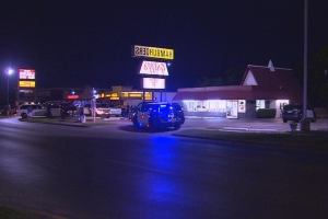 1 killed, 1 critically injured in shooting at Griff's Hamburgers, Fort Worth police say