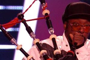 The Voice Kids coach will.i.am fails miserably at playing the bagpipes