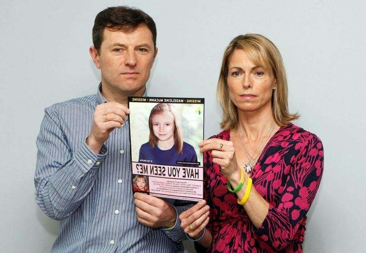 Les parents de Maddie McCann tenant un avis de recherche, en 2012. (Photo d'illustration)
