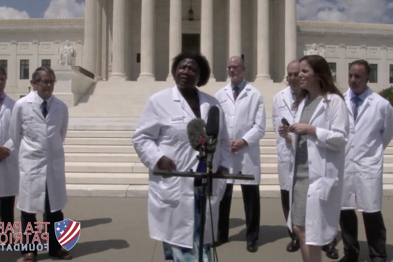Intervention des médecins du «America's Frontline Doctors» lundi à Washington D.C.