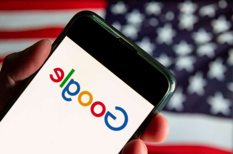 CHINA - 2020/08/13: In this photo illustration the American multinational technology company and search engine Google logo is seen on an Android mobile device with United States of America flag in the background. (Photo Illustration by Budrul Chukrut/SOPA Images/LightRocket via Getty Images)