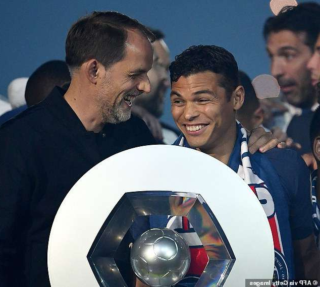 Thiago Silva et al. looking at the camera: PSG boss Thomas Tuchel (right) is trying to convince Thiago Silva (left) to stay at PSG