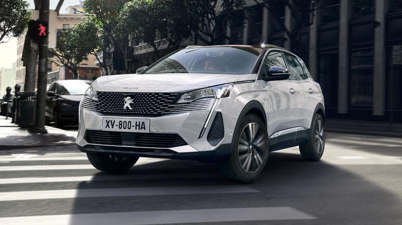 a car parked on a city street: 2020 Peugeot 3008 PHEV - FRONT 3/4 dynamic