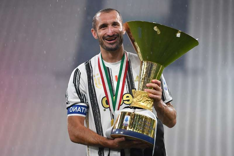 Giorgio Chiellini holding an umbrella: Serie A football