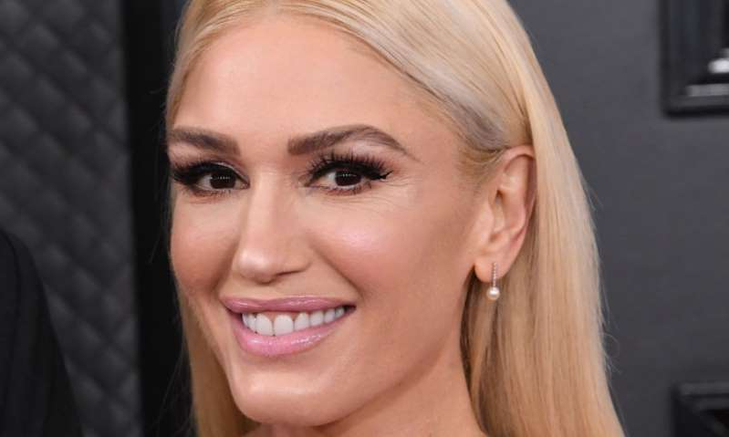 a close up of Gwen Stefani who is smiling and looking at the camera: Hello! Magazine