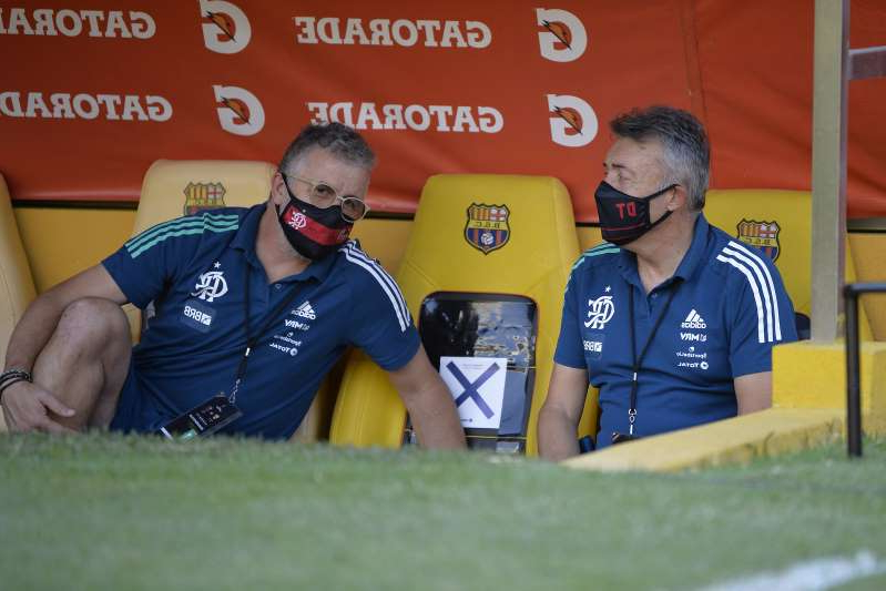 Coach Dominic Torrent of Brazil's Flamengo, left, talks with a technical adviser during a Copa Libertadores soccer match against Ecuador's Barcelona in Guayaquil, Ecuador, Tuesday, Sept. 22, 2020. (Rodrigo Buendia/POOL via AP)