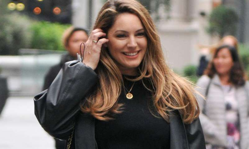 Kelly Brook talking on a cell phone: Hello! Magazine