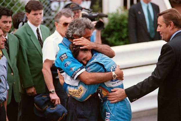 Folie 1 von 88: Benetton-Ford's team manager Flavio Briatore (R) hugs German driver Michael Schumacher after his victory in the Monaco Formula One Grand Prix on May 15, 1994. (Photo by Christophe SIMON / AFP)  (Photo credit should read CHRISTOPHE SIMON/AFP via Getty Images)