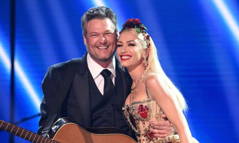 Gwen Stefani, Blake Shelton are posing for a picture: Hello! Magazine