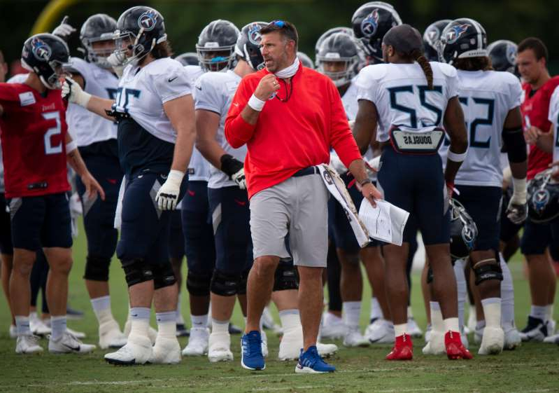 Mike Vrabel et al. watching a football ball: Tennessee Titans head coach Mike Vrabel watches his players during practice at Saint Thomas Sports Park Thursday, Sept. 3, 2020 Nashville, Tenn.