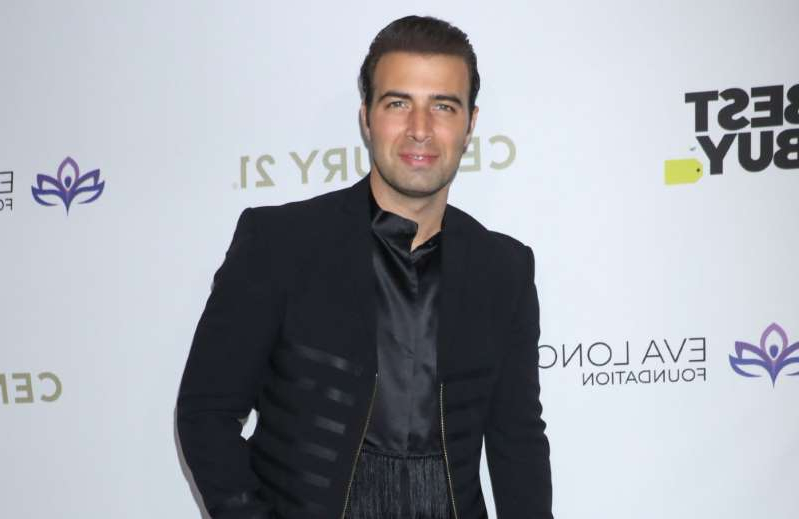 Jencarlos Canela wearing a suit and tie