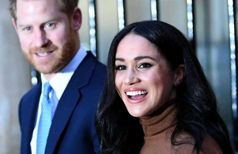 Meghan Markle, Prince Harry are posing for a picture: Duchess Meghan and Prince Harry