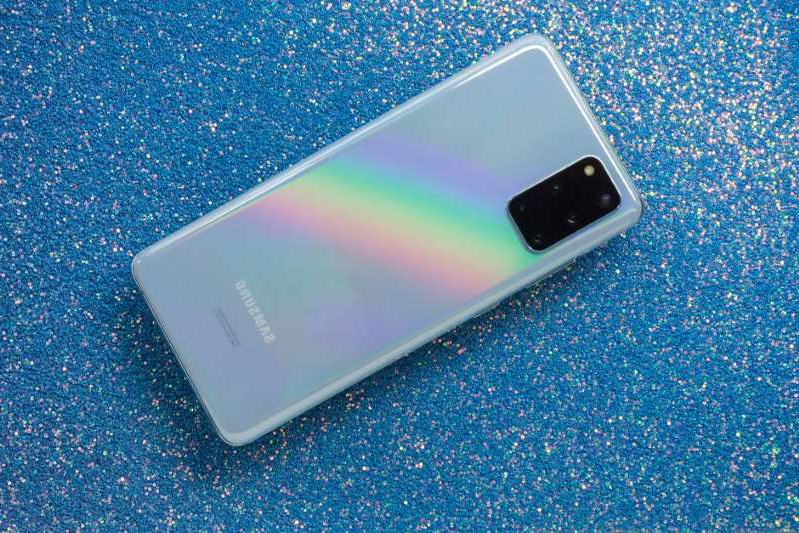 a close up of a cell phone lying on a blue surface: Find out if you should go ahead and buy last year's Samsung Galaxy S20, or wait for the upcoming Samsung Galaxy S21 to arrive. Sarah Tew/CNET