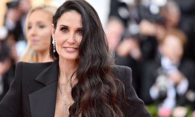 Demi Moore talking on a cell phone: Hello! Magazine