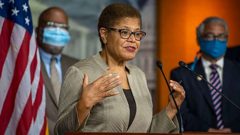 Karen Bass wearing sunglasses and a hat: Ten Democrats join NAACP lawsuit against Trump