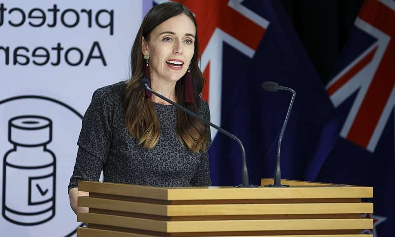 Jacinda Ardern sitting on a bench posing for the camera: MailOnline logo