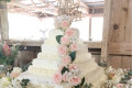 A couple used a clever DIY trick to make their $50 wedding cake look like it cost them 10 times more